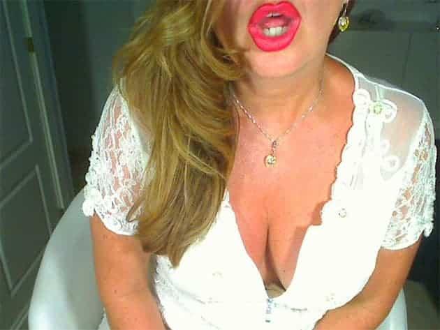 Versaute Ehefrau bietet kostenlose Sex Chats