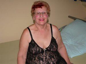 Alte Oma vor der Sex Chat Webcam - Nackt Chat mit Oma