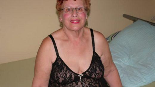 Alte Oma vor der Sex Chat Webcam