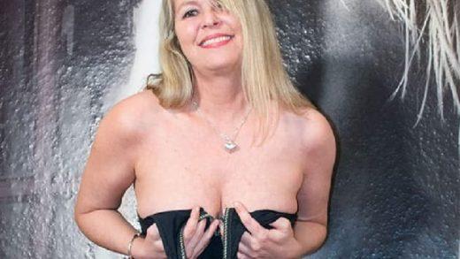 Deutsche Hausfrau beim Sex Chat online
