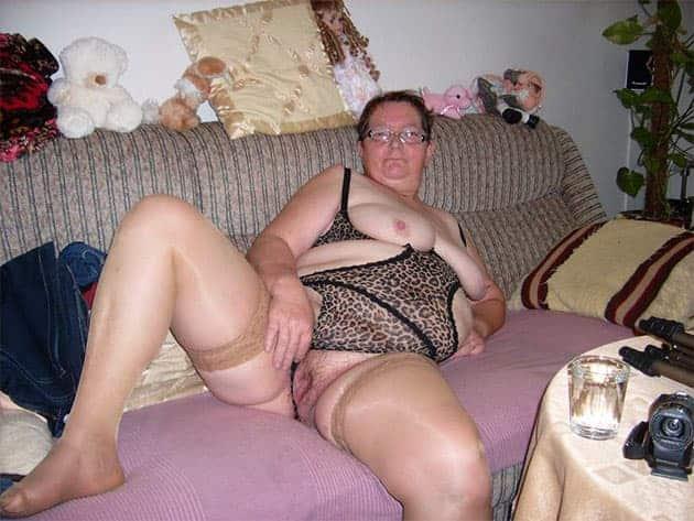 Notgeile Oma live in anonymer Sex Chat vor der Cam